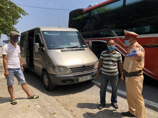Quảng Ngãi lập 5 chốt kiểm tra y tế, dừng phương tiện vận tải đi các nơi có dịch - Ảnh 1.