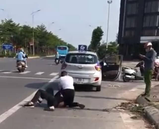 Kỷ luật đại uý công an đứng nhìn người dân bắt tên cướp taxi cực kỳ nguy hiểm - Ảnh 1.