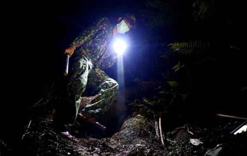 CẮM CHỐT CÙNG LÍNH BIÊN PHÒNG (*): Trắng đêm xuyên rừng tuần tra - Ảnh 1.