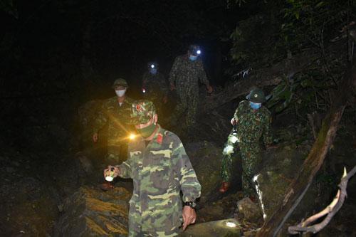 CẮM CHỐT CÙNG LÍNH BIÊN PHÒNG (*): Trắng đêm xuyên rừng tuần tra - Ảnh 2.