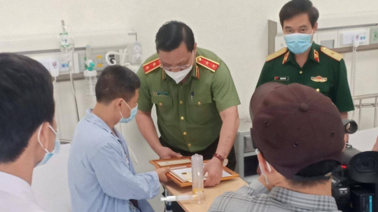 Giám đốc Công an Hà Nội thăm, tặng bằng khen tài xế taxi khống chế kẻ bị truy nã - Ảnh 1.