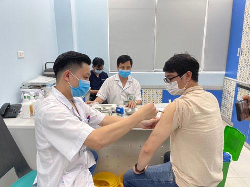 Tiêm vắc-xin quy mô lớn vào cuối năm nay - Ảnh 1.