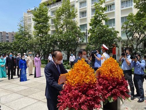 Biết ơn công lao to lớn của Chủ tịch Hồ Chí Minh - Ảnh 1.