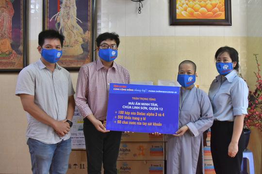Báo Người Lao Động trao tặng món quà nghĩa tình đến trẻ thơ và người già - Ảnh 1.