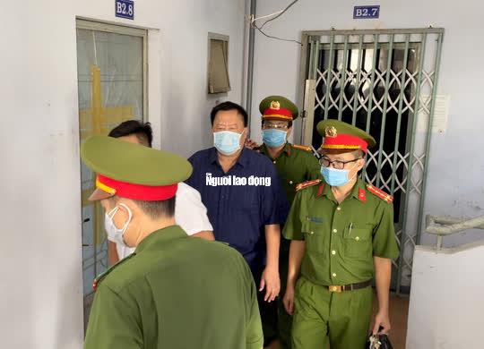 Hình ảnh khám xét, bắt giam cựu Giám đốc Sở Tài nguyên - Môi trường Khánh Hòa - Ảnh 9.