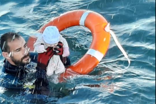 Tây Ban Nha: Thót tim hình ảnh bé trai được cứu từ dòng nước lạnh giá - Ảnh 1.