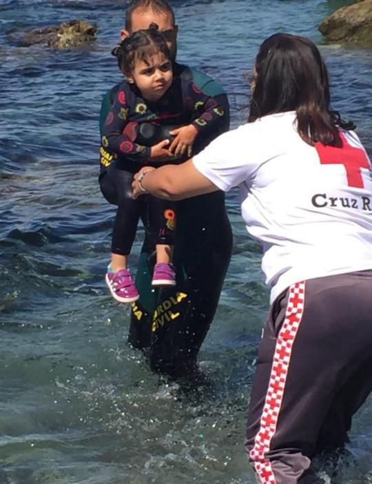 Tây Ban Nha: Thót tim hình ảnh bé trai được cứu từ dòng nước lạnh giá - Ảnh 2.