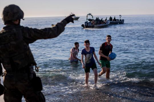 Tây Ban Nha: Thót tim hình ảnh bé trai được cứu từ dòng nước lạnh giá - Ảnh 4.