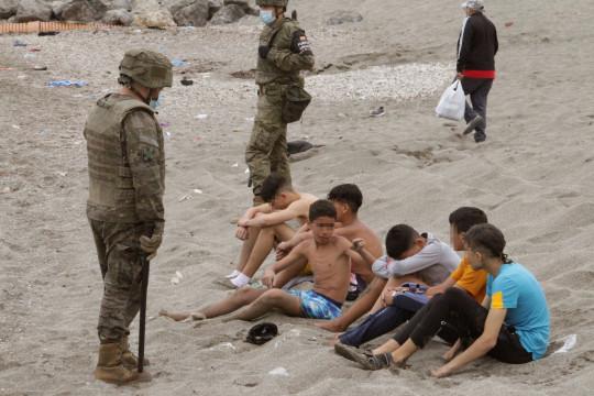 Tây Ban Nha: Thót tim hình ảnh bé trai được cứu từ dòng nước lạnh giá - Ảnh 5.
