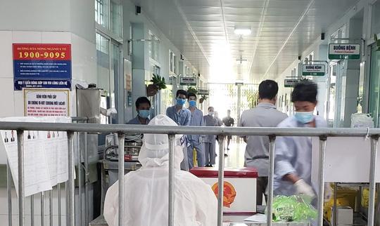 Cận cảnh bệnh nhân Covid-19 bỏ phiếu bầu cử trong bệnh viện dã chiến - Ảnh 12.