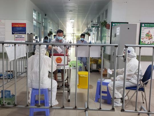 Cận cảnh bệnh nhân Covid-19 bỏ phiếu bầu cử trong bệnh viện dã chiến - Ảnh 13.