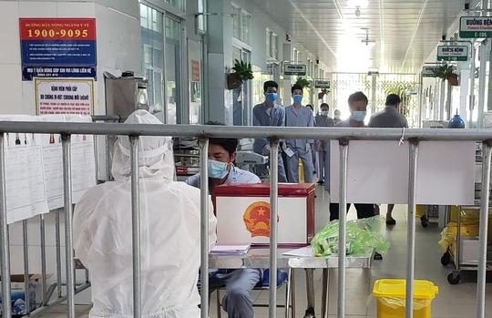 Cận cảnh bệnh nhân Covid-19 bỏ phiếu bầu cử trong bệnh viện dã chiến - Ảnh 14.
