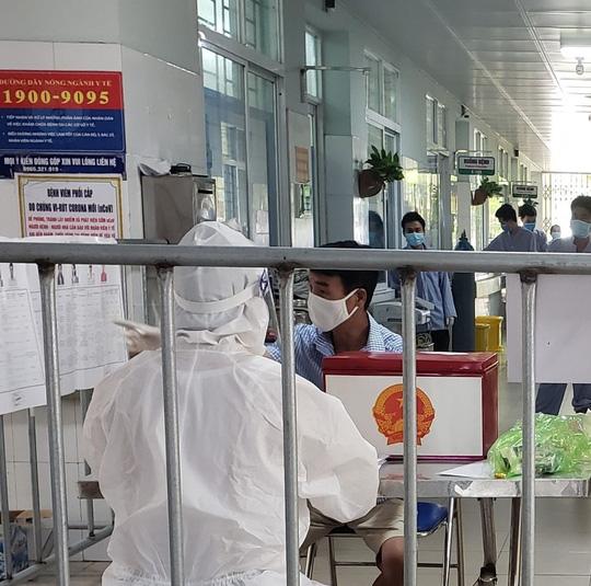 Cận cảnh bệnh nhân Covid-19 bỏ phiếu bầu cử trong bệnh viện dã chiến - Ảnh 15.