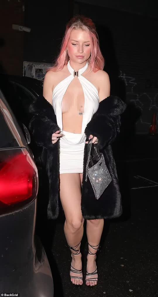 Em gái Kate Moss khoe ngực trên phố - Ảnh 2.