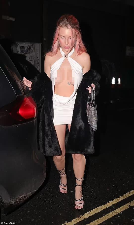 Em gái Kate Moss khoe ngực trên phố - Ảnh 1.