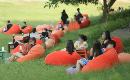 CLIP: Hàng trăm người tụ tập vui chơi ở bãi đá sông Hồng giữa dịch Covid-19 - Ảnh 3.