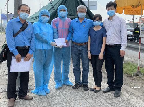 Động viên y bác sĩ tại các chốt phòng chống dịch - Ảnh 1.