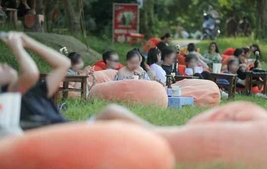 CLIP: Hàng trăm người tụ tập vui chơi ở bãi đá sông Hồng giữa dịch Covid-19 - Ảnh 13.
