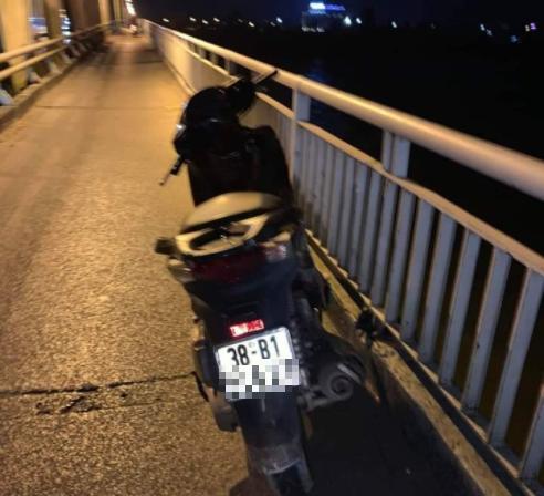 Để lại xe SH trên cầu, thầy giáo nghi nhảy xuống sông tự tử - Ảnh 1.