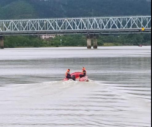 Để lại xe SH trên cầu, thầy giáo nghi nhảy xuống sông tự tử - Ảnh 2.