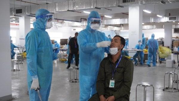 Thủ tướng chỉ đạo khẩn về phòng chống dịch Covid-19 tại hơn 300 khu công nghiệp - Ảnh 1.