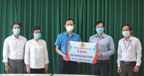 Đà Nẵng: 465 triệu đồng hỗ trợ tuyến đầu chống dịch - Ảnh 1.