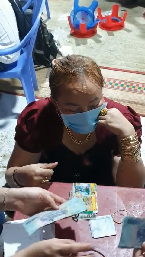 Nhiều quý bà đeo vàng đỏ tay bị bắt tại căn nhà cấp 4 ở Nhà Bè, TP HCM - Ảnh 1.