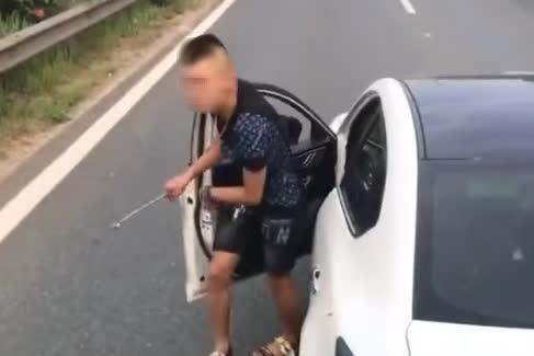 Tài xế dừng xế hộp trên làn đường xe chạy 100 km/giờ để giải quyết va chạm giao thông - Ảnh 1.