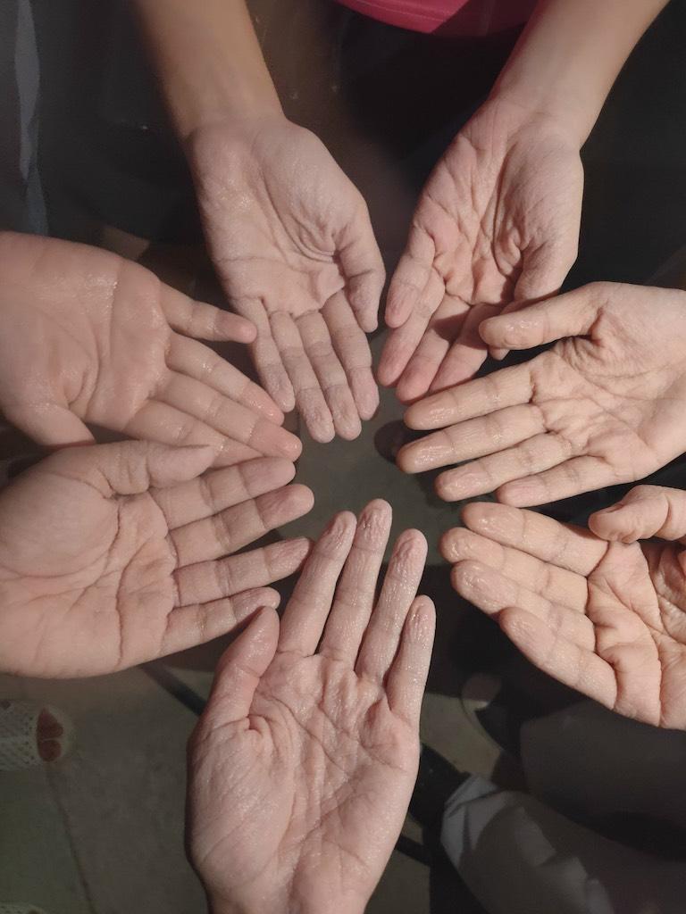 Những đôi bàn tay nhăn nheo, trắng bệch vì ngâm mồ hôi trong bộ đồ bảo hộ nơi tuyến đầu - Ảnh 3.