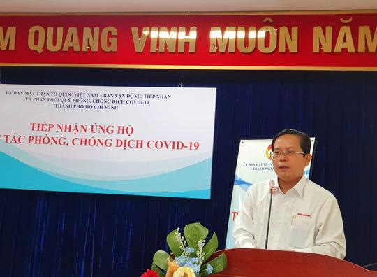 Ngày đầu giãn cách xã hội: Báo Người Lao Động trao tiền, khẩu trang cho nhân dân TP HCM - Ảnh 1.