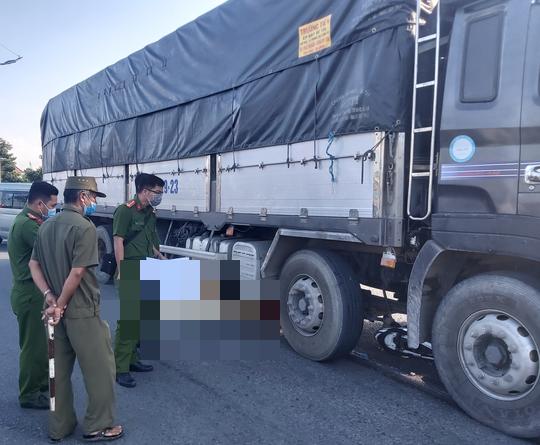 Xe tải cuốn xe máy vào gầm ở Long An, 2 người tử vong - Ảnh 1.