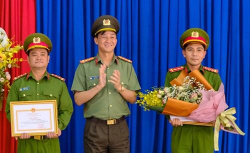 Khen thưởng Công an Đà Lạt bắt gọn nhóm móc túi du khách - Ảnh 3.
