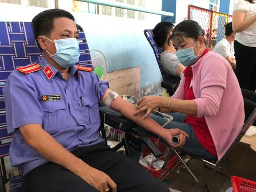 215 CNVC-LĐ hiến máu tình nguyện - Ảnh 1.