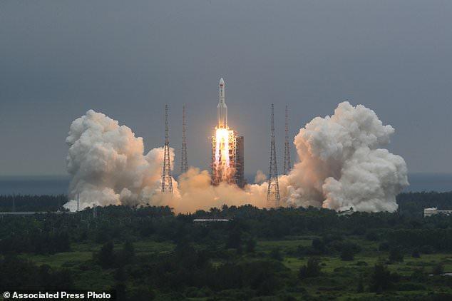 Phát hiện tung tích mảnh vỡ tên lửa Trung Quốc sắp rơi xuống trái đất - Ảnh 1.