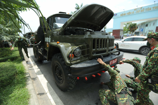 CLIP: 4 xe binh chủng hoá học phun khử khuẩn toàn bộ Bệnh viện K - Ảnh 6.