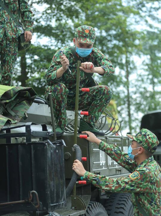 CLIP: 4 xe binh chủng hoá học phun khử khuẩn toàn bộ Bệnh viện K - Ảnh 7.