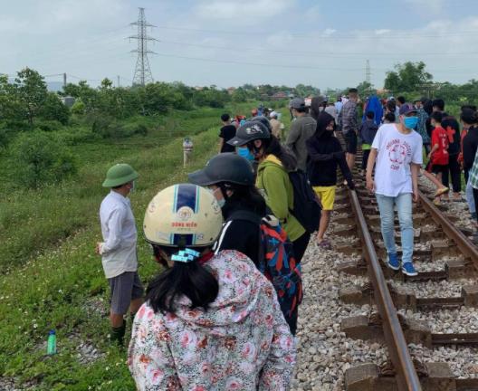 Nghi vấn mẹ ôm xác con 6 tuổi nằm trên đường ray xe lửa tự tử - Ảnh 1.