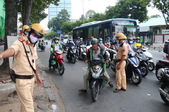 CSGT TP HCM sẽ xử phạt người đi đường không mang khẩu trang - Ảnh 6.