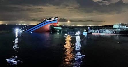 Tàu cá chìm sau va chạm với sà lan trên cửa biển - Ảnh 1.