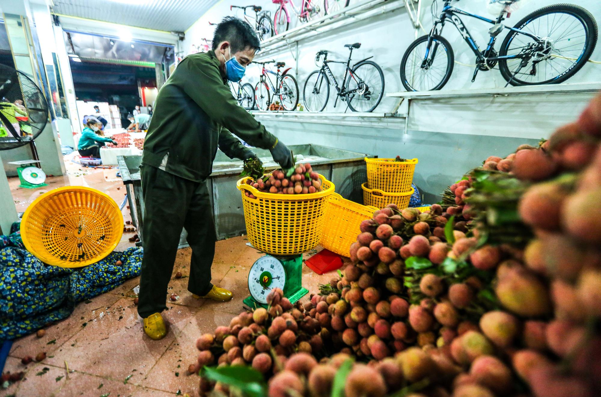 CLIP: Xuyên đêm đóng gói vải đưa sang Trung Quốc tiêu thụ - Ảnh 5.