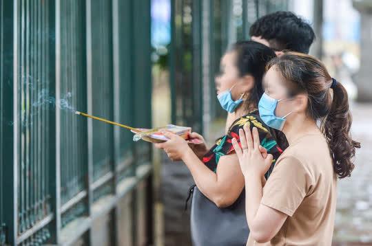 CLIP: Các sĩ tử đội mưa vái vọng ở Văn Miếu trước kỳ thi vào lớp 10 - Ảnh 11.