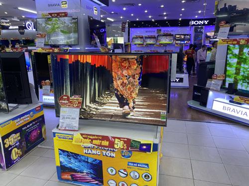 Tivi, máy chiếu hút khách mùa Euro - Ảnh 1.