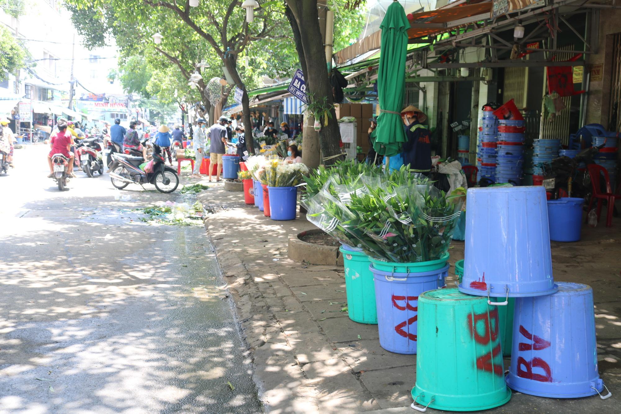 Dam Sen flower market small trader: More happy than sad - Photo 3.