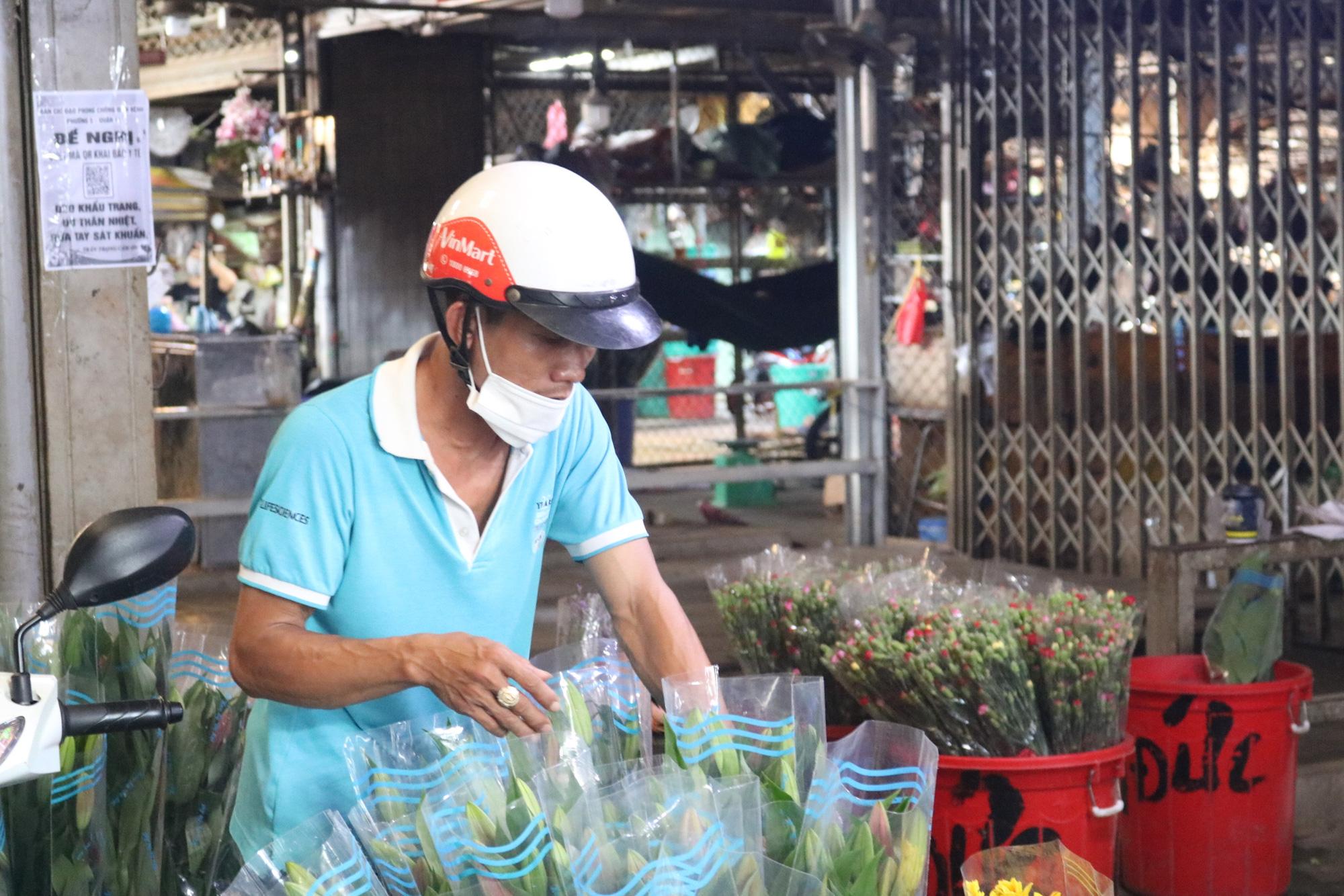 Dam Sen flower market small trader: More happy than sad - Photo 5.