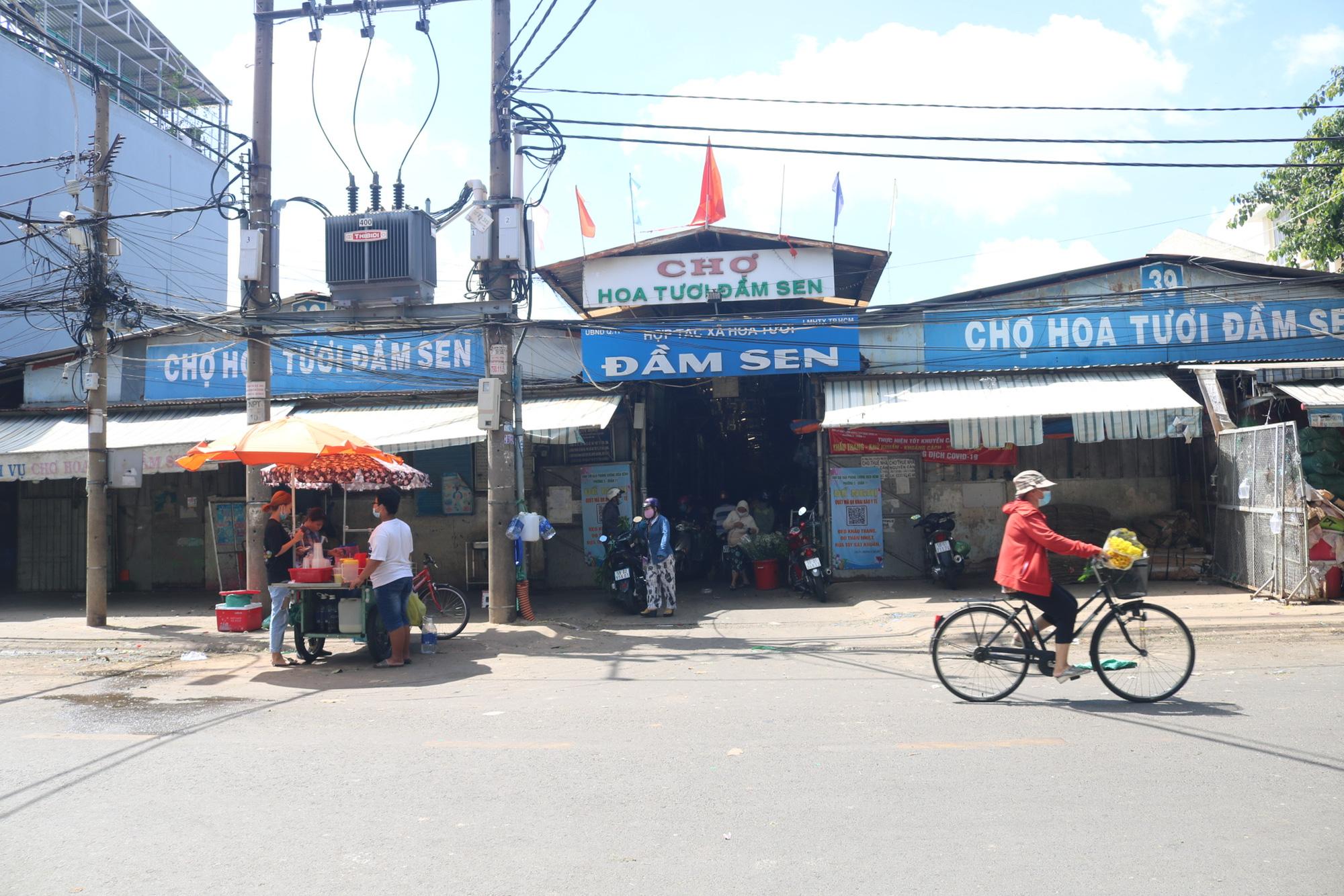 Dam Sen flower market small trader: More happy than sad - Photo 4.