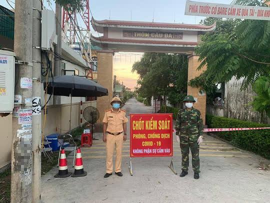Hà Tĩnh: Phong tỏa làng biển hơn một ngàn người dân - Ảnh 1.