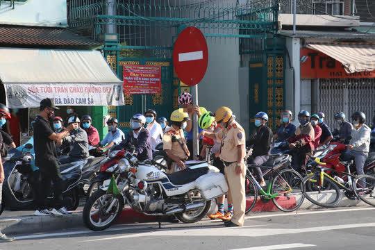 Đủ kiểu thi gan với CSGT trên đường Võ Văn Kiệt, TP HCM - Ảnh 9.