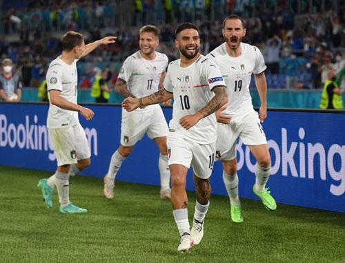 Vé vào vòng 2 trong tầm tay tuyển Ý - Ảnh 1.