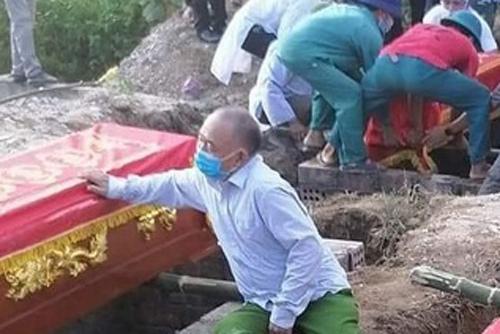 Vụ cháy phòng trà 6 người tử vong: Nhói lòng cảnh người đầu bạc tiễn kẻ đầu xanh - Ảnh 1.