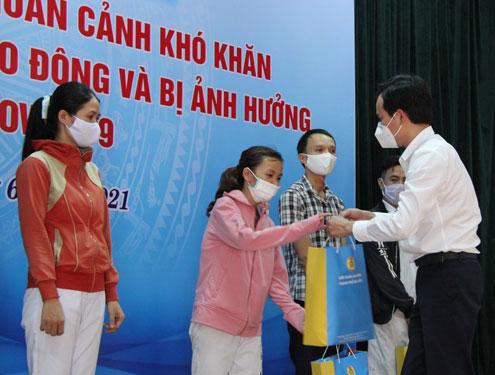 Đà Nẵng: Tặng quà công nhân khó khăn, bị tai nạn lao động - Ảnh 1.